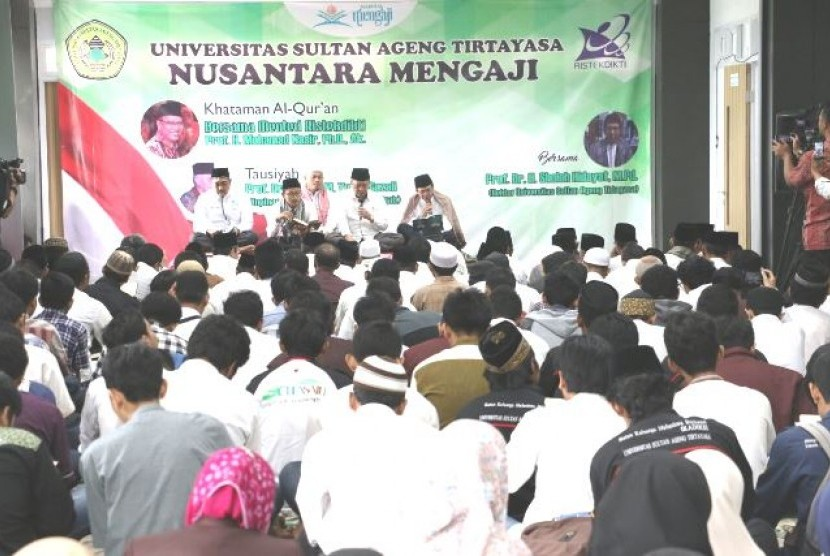 Menristekdikti M Nasir memimpin khataman Alquran dalam peresmian gedung dekanat Fakultas Teknik Untirta, Serang, Senin (20/3).