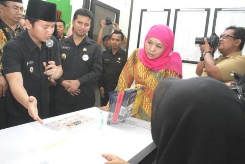 Mensos Khofifah Indar Parawansa usai meresmikan Gertak di Trenggalek, Selasa (18/4)