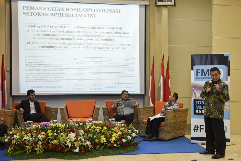 Menteri Agama Lukman Hakim Saifuddin (kanan) memberikan paparan disaksikan Menteri PPN/Kepala Bappenas Bambang Brodjonegoro (ketiga kanan), Ketua Dewan Pengawas Badan Pengelola Keuangan Haji (BPKH) Yuslam Fauzi (kedua kanan) dan Sekretaris Komisi Fatwa MUI Asrorun Ni'am Sholeh saat menjadi pembicara dalam diskusi Forum Merdeka Barat Sembilan di Jakarta, Sabtu (5/8).