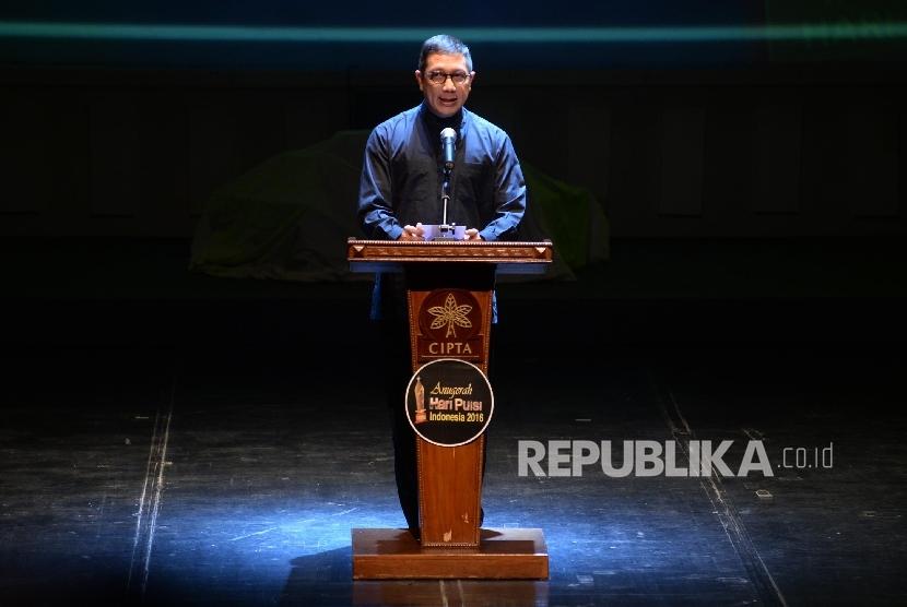 Menteri Agama Lukman Hakim Saifuddin membaca puisi.