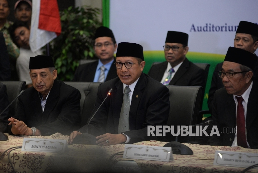Menteri Agama Lukman Hakim Saifuddin (tengah) menyampaikan keputusan hasil sidang Itsbat penentuan awal puasa di Kementerian Agama, Jakarta, Jumat (26/5). Pemerintah memutuskan 1 Ramadan 1438 H disepakati jatuh pada Sabtu, 27 Mei 2017.