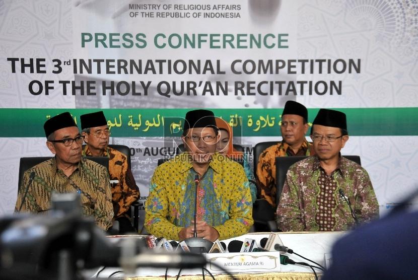 Menteri Agama RI Lukman Hakim Saifuddin (tengah) bersama Dirjen Bimas Islam Machasin (kanan) dan Sekjen Kemenag Nur Syam (kiri) memberikan keterangan pers usai pembukaan Musabaqah Tilawah Qur'an (MTQ) Internasional III 2015 di Jakarta, Selasa (1/9).