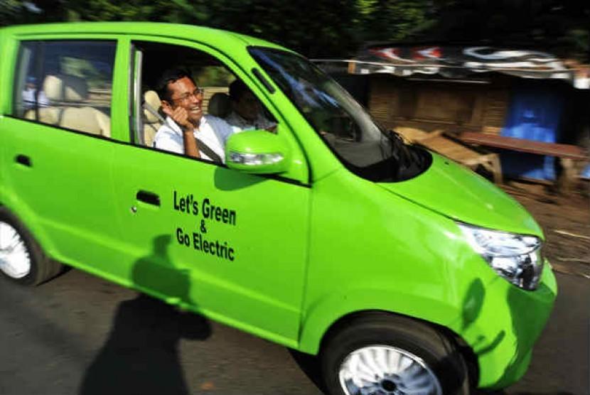 Menteri BUMN Dahlan Iskan melakukan uji coba mobil listrik jenis city car karya perancang Dasep Ahmadi di Jalan Raya Jatimulya, Depok, Jabar, Senin (16/7).