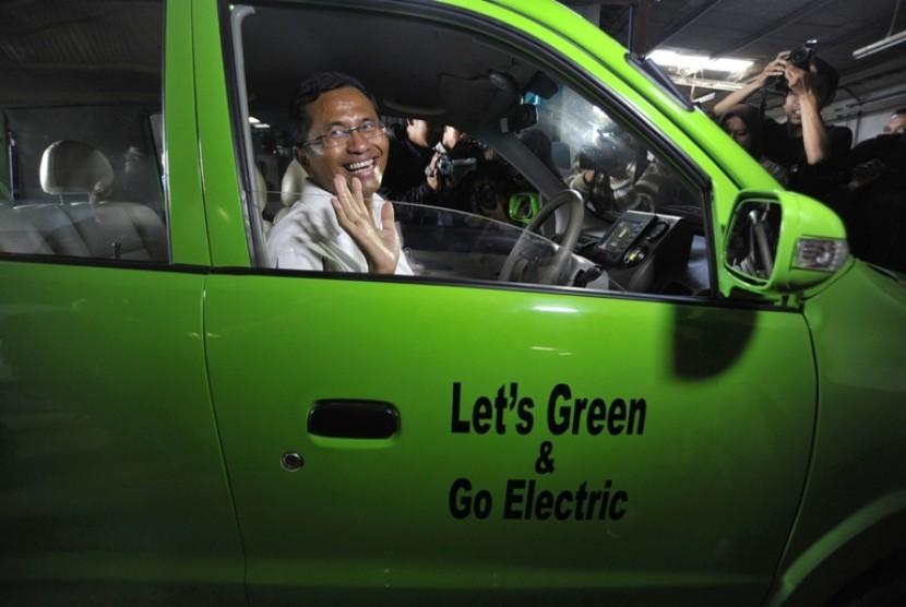 Menteri BUMN, Dahlan Iskan saat mencoba mobil listrik buatan Dasep Ahmadi