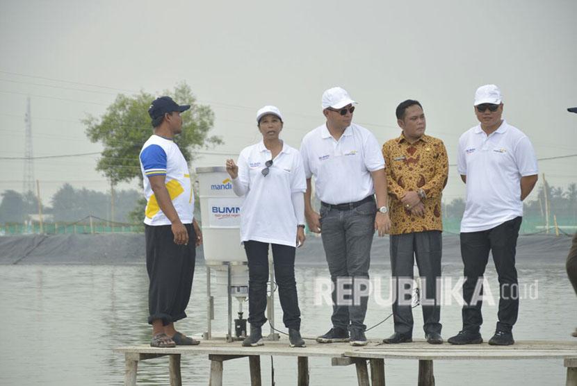 Menteri BUMN Rini Soemarno tinjau kawasan perhutanan sosial Muara Gembong, Kabupaten Bekasi, Selasa (17/4)