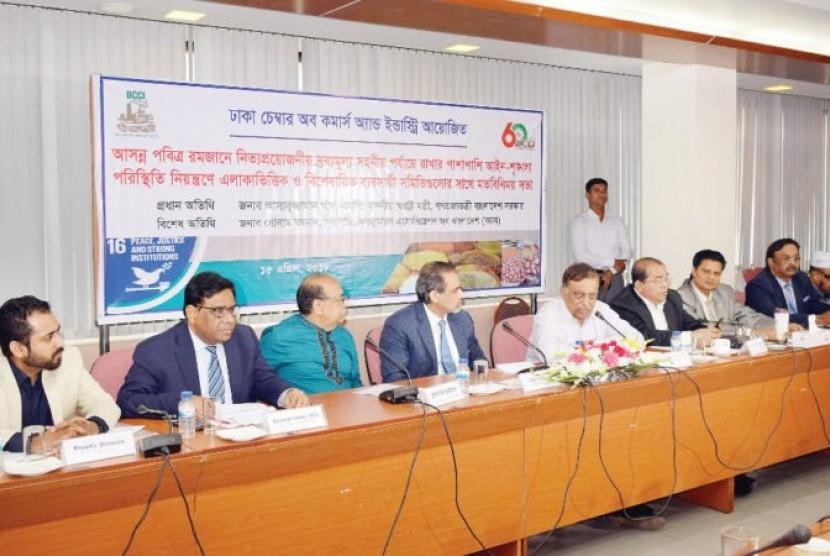 Menteri Dalam Negeri Bangladesh Asaduzzaman Khan Kamal saat diskusi dengan Kamar Dagang dan Industri Dhaka (DCCI), Ahad (15/4).