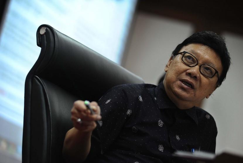Menteri Dalam Negeri Tjahjo Kumolo menyampaikan pernyataan pers tentang kebijakan dan agenda prioritas Kemendagri pada tahun 2015 dan 2016 di Kantor Pusat Kemendagri, Jakarta, Selasa (6/1).