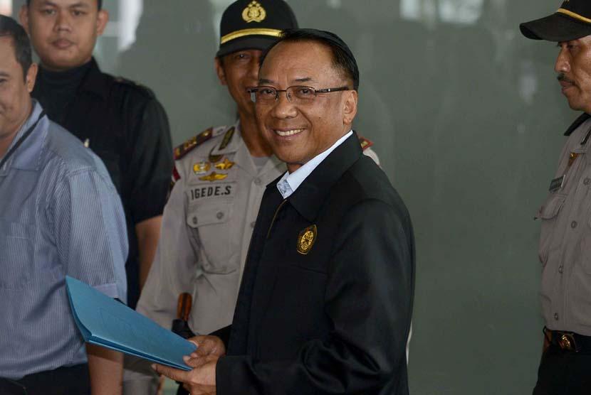 Menteri Energi dan Sumber Daya Mineral, Jero Wacik memenuhi panggilan Komisi Pemberantasan Korupsi (KPK) saat tiba di Gedung KPK, Jakarta, Senin (9/6).