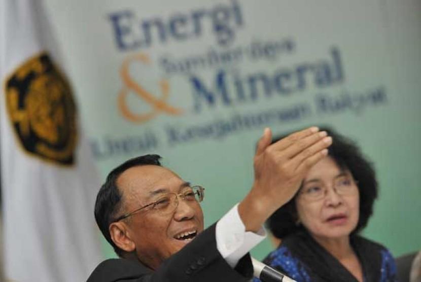 Menteri ESDM Jero Wacik (kiri) didampingi Dirjen Minyak dan Gas Bumi Evita Legowo (kanan) saat memberi keterangan pers mengenai kebijakan penghematan BBM (Bahan Bakar Minyak) di Kementerian ESDM, Jakarta, Jumat (3/5).