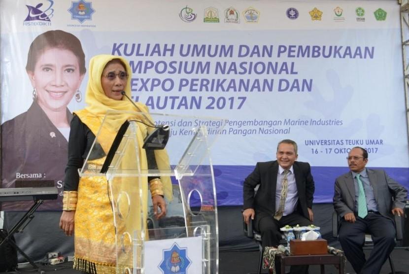 Menteri Kelautan dan Perikanan Republik Indonesia, Susi Pudjiastuti memberikan Kuliah Umum pada acara Kuliah Umum, Simposium Nasional dan Expo Perikanan dan Kelautan 2017, di Universitas Teuku Umar, Meulaboh, Senin (16/10/).