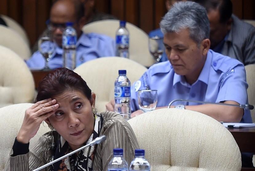 Menteri Kelautan dan Perikanan Susi Pudjiastuti menyimak pertanyaan anggota Komisi IV saat rapat kerja di Komplek Parlemen Senayan, Jakarta, Rabu (27/1).