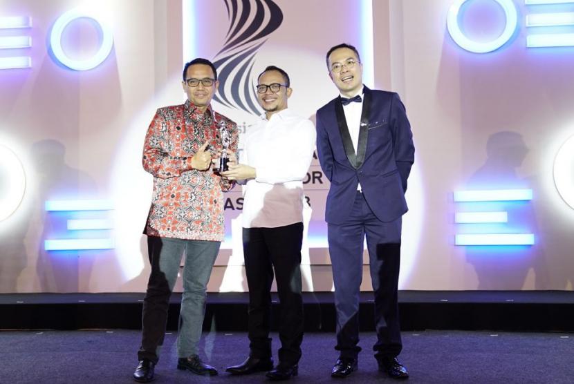 Menteri Ketenagakerjaan Republik Indonesia Hanif Dhakiri (tengah) menyerahkan penghargaan