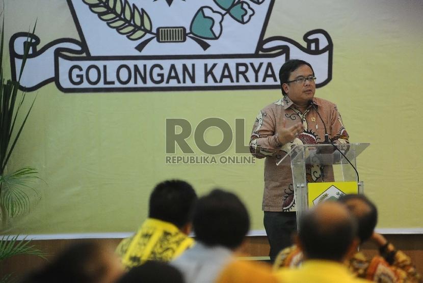 Menteri Keuangan Bambang Brodjonegoro (kiri) memberikan paparan saat mengikuti Seminar di kantor DPP Partai Golkar, Jakarta, Rabu (11/11).
