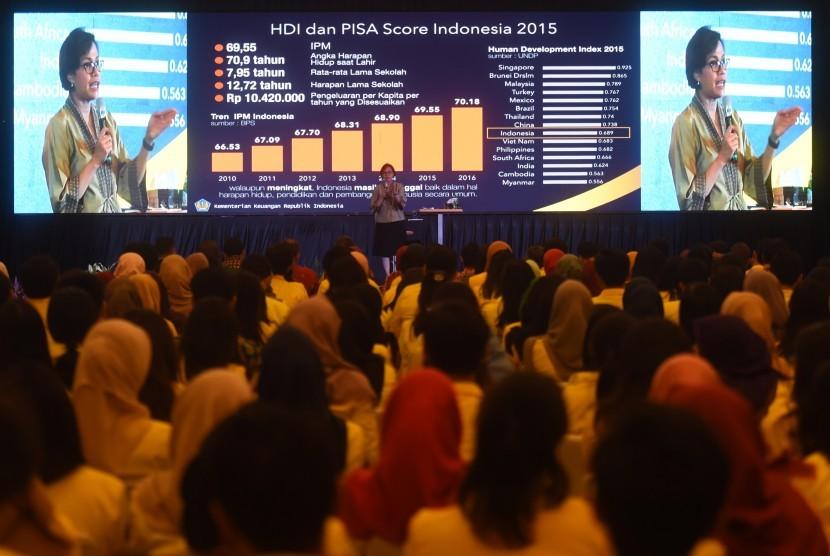 Menteri Keuangan Sri Mulyani memberikan kuliah umum saat berlangsungnya acara Pajak Bertutur di Jakarta, Jumat (11/8).