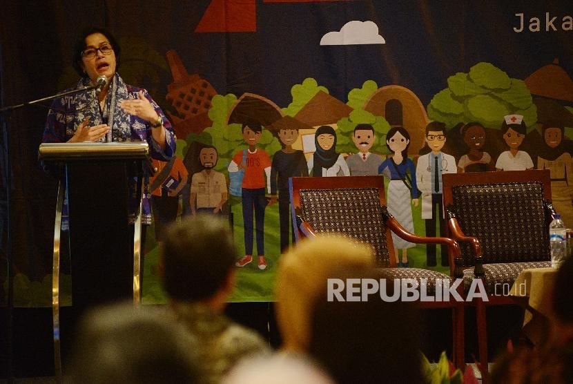 Menteri Keuangan Sri Mulyani memberikan pemaparan saat menjadi pembicara utama dalam peluncuran laporan ketimpangan di Jakarta, Kamis (23/2).