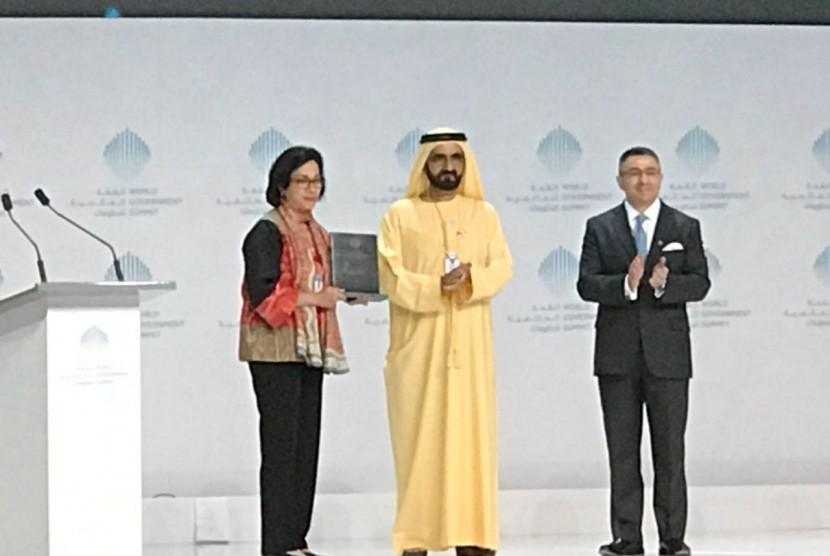 Menteri Keuangan Sri Mulyani saat menerima penghargaan Menteri Terbaik di dunia di Dubai.
