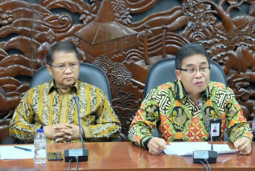Menteri Komunikasi dan Informatika RI Rudiantara (kiri) bersama Direktur Utama Telkom Alex J. Sinaga (kanan) saat menjelaskan bahwa  layanan konektivitas  pelanggan satelit Telkom 1 telah pulih 100% pada jumpa pers di kantor Kementerian Kominfo di Jakarta, Selasa (12/9).
