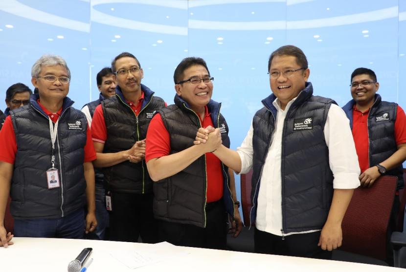 Menteri Komunikasi & Informatika RI Rudiantara saat mendengarkan penjelasan Direktur Utama Telkom Alex J. Sinaga terkait  progres pemulihan layanan Satelit Telkom 1 di Crisis Center Service Recovery Satelit Telkom 1, Jakarta (5/9).