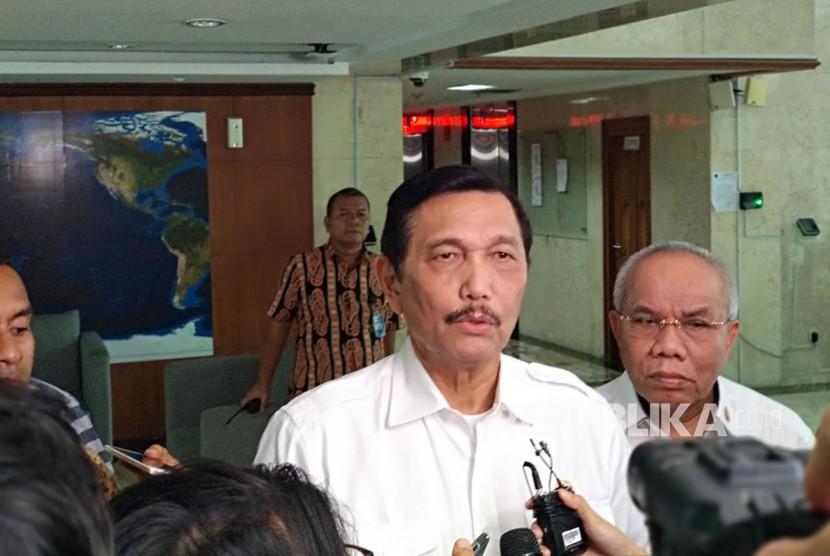 Menteri Koordinator Bidang Kemaritiman (Menko Maritim) Luhut Binsar Pandjaitan menjelaskan hasil rapat perkembangan pembangunan light rail transit (LRT) di Kemenko Maritim, Rabu (11/4).