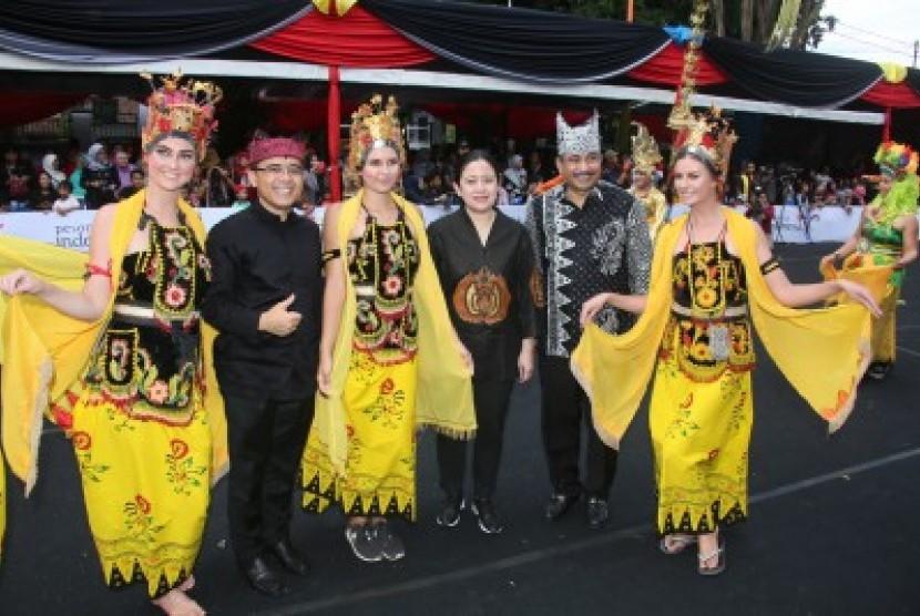 Menteri Koordinator Bidang Pembangunan Manusia dan Kebudayaan (PMK) Puan Maharani dan Menteri Pariwisata Arief Yahya hadiri Banyuwangi Ethno Carnival (BEC) 2017.