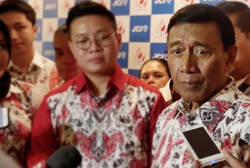 Menteri Koordinator Bidang Politik, Hukum, dan Keamanan Wiranto (kanan).