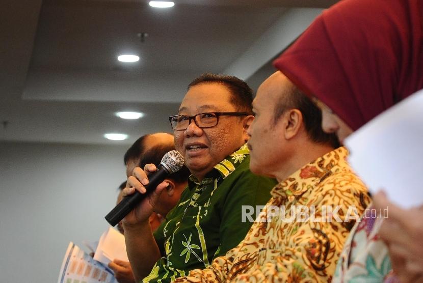 Menteri Koperasi dan UKM Puspayoga (tengah) berbicara saat mengelar refleksi akhir tahun2016 di kantor KemenkopUKM, Jakarta, Kamis (29\12)