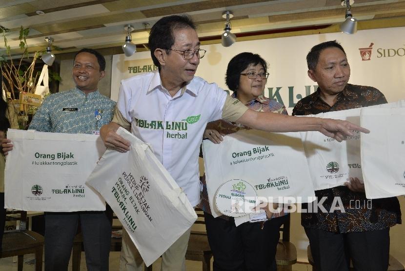 Menteri LHK Siti Nurbaya dan Dirut Sido Muncul Irwan Hidayat.