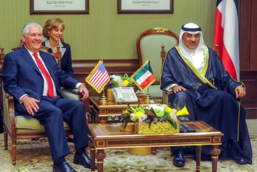 Menteri Luar Negeri Amerika Serikat (AS) Rex Tillerson (kiri) saat diterima oleh Wakil Pertama PM dan Menteri Luar Negeri Kuwait Sheikh Sabah Khalid Al Hamad Al Sabah saat tiba di Kuwait, 10 Juli 2017.