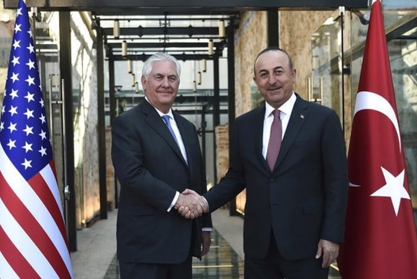 Menteri Luar Negeri AS Rex Tillerson (kiri) berjabat tangan dengan Menteri Luar Negeri Turki Mevlut Cavusoglu di Istanbul.