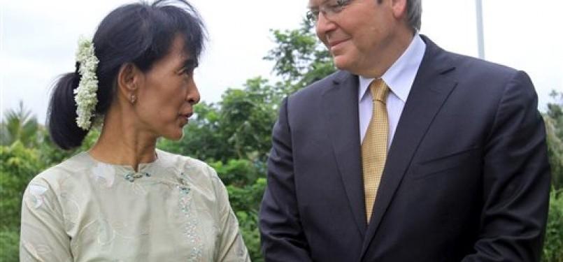 Menteri Luar Negeri Australia, Kevin Rudd, dan pahlawan pro-demokrasi Myanmar, Aung San Suu Kyi, mengadakan pertemuan dua jam di Yangon pada Sabtu (2/7).
