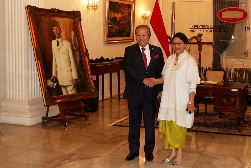 Menteri Luar Negeri Indonesia, Retno LP Marsudi (kanan) bersalaman dengan Menteri Luar Negeri Malaysia, Dato Sri Anifah Hj Aman (kiri) saat melakukan Pertemuan Komisi Bersama Kerja Sama Bilateral (Joint Commission for Bilateral Cooperation/JCBC) ke-15 antara Malaysia dan Republik Indonesia di Jakarta, Jumat (11/8).