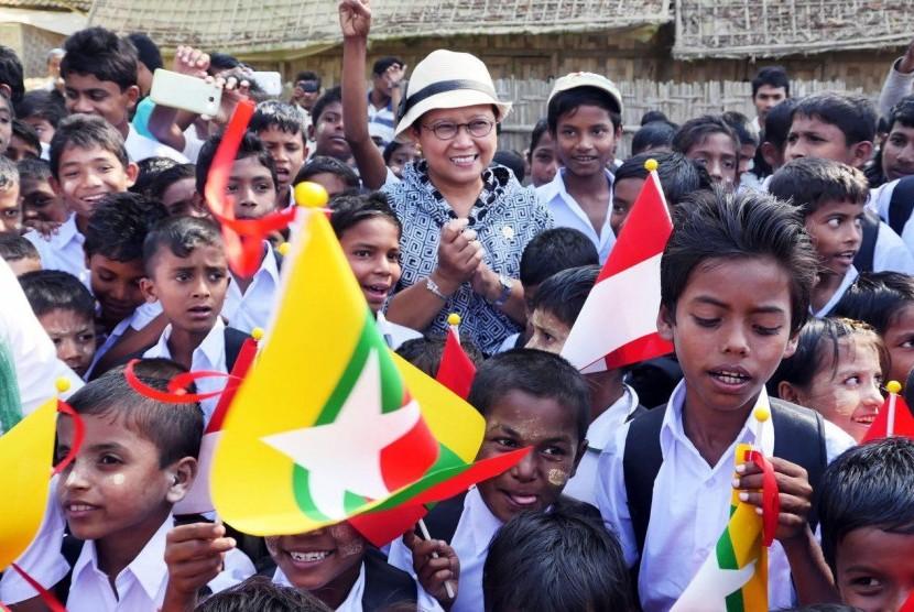 Menteri Luar Negeri (Menlu) Retno Lestari Priansari Marsudi tengah berkumpul bersama anak-anak etnis Rohingya di Sekolah PKPU Indonesia di Rakhine State, Sabtu (21/1).