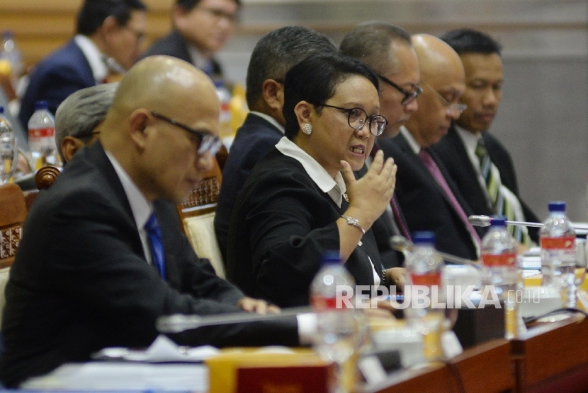 Foreign Minister Retno Marsudi conveys the results of a meeting with leaders of Myanmar and Bangladesh during a working meeting with House of Representatives Commission I at the Parliament Complex of Senayan, Jakarta, Monday (September 11).