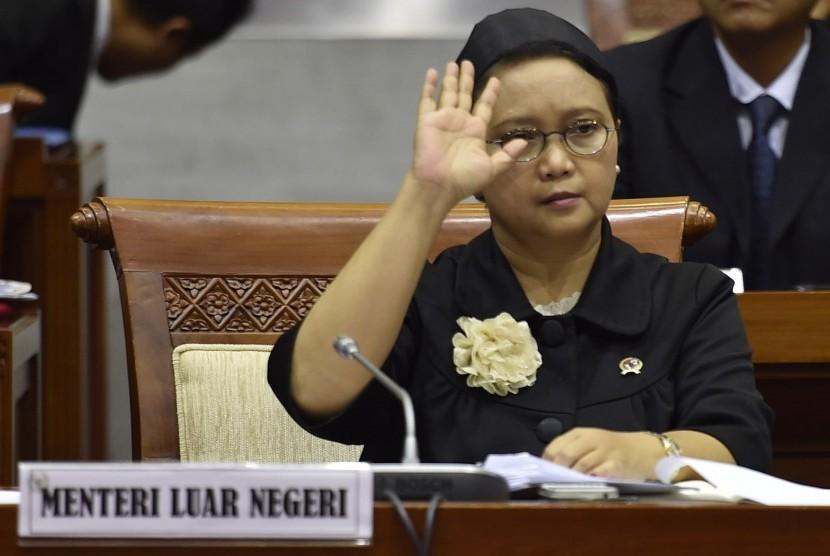 Menteri Luar Negeri Retno Marsudi menyapa anggota Komisi I sebelum rapat kerja di Komplek Parlemen, Senayan, Jakarta, Senin (13/6).