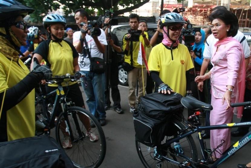 Menteri Pemberdayan Perempuan dan Perlindungan Anak Linda Gumelar ketika melepas rombongan tim srikandi tahun lalu
