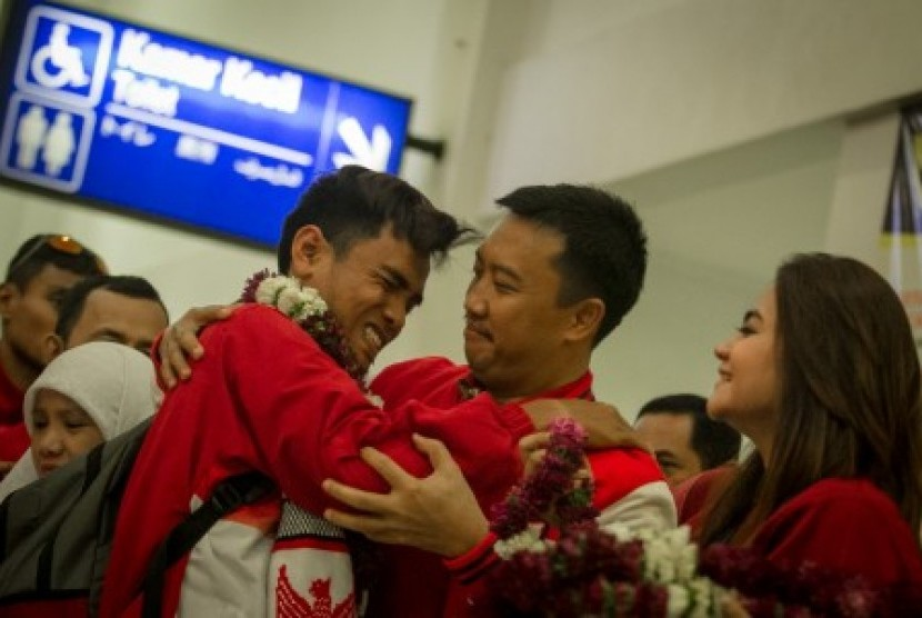 Menteri Pemuda dan Olahraga Imam Nahrawi memeluk seorang atlet saat menyambut kedatangan atlet National Paralympic Committee (NPC) di Bandara Adi Soemarmo, Boyolali, Jawa Tengah, Ahad (24/9). Indonesia berhasil menjadi juara umum pada kejuaraan ASEAN Para Games 2017 di Malaysia dengan total meraih 126 emas, 75 perak, dan 50 perunggu.