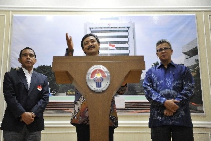 Menteri Pemuda dan Olahraga (Menpora), Andi Malarangeng (tengah).