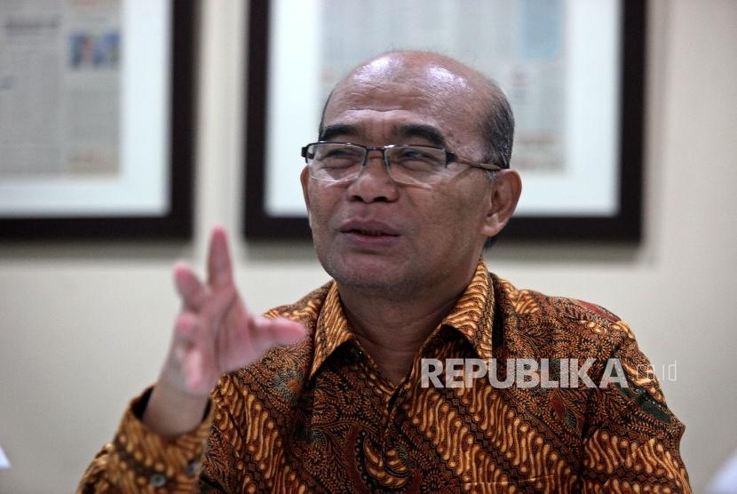 Menteri Pendidikan dan Kebudayaan Mendikbud Muhadjir Effendy berudiensi saat melakukan kunjungan di kantor Harian Republika di Jakarta, Rabu (24/8).