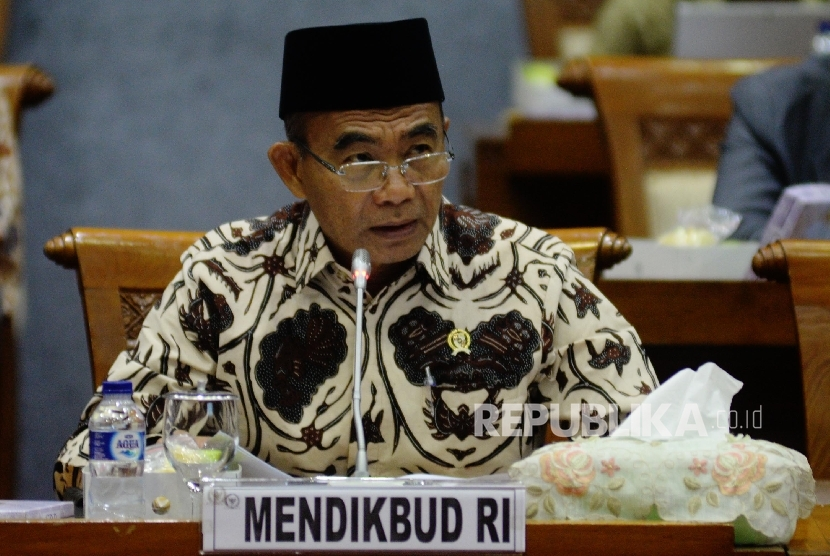 Menteri Pendidikan dan Kebudayaan (Mendikbud) Muhadjir Effendy mengikuti rapat kerja dengan komisi X di Kompleks Parlemen, Jakarta, Rabu (13/9).