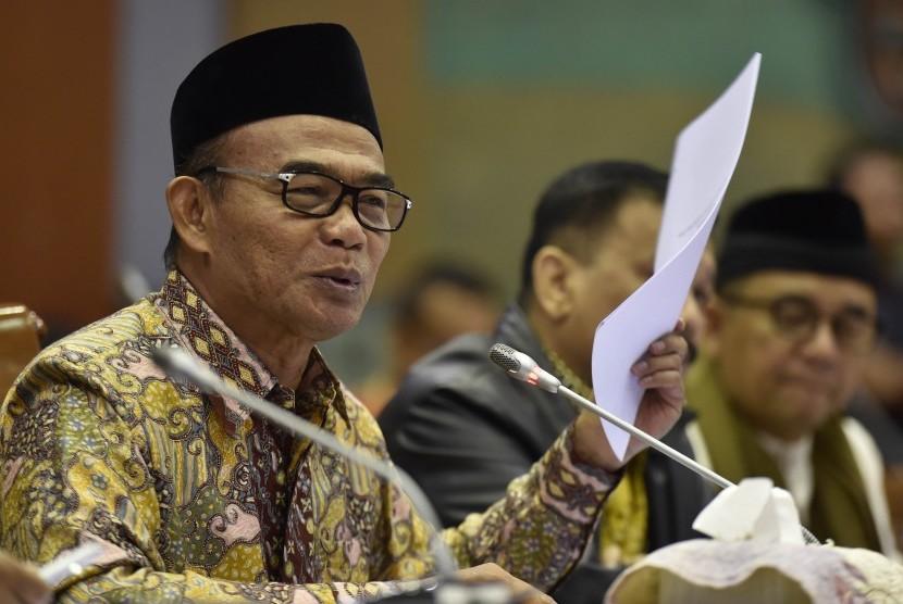 Menteri Pendidikan dan Kebudayaan Muhadjir Effendy menjawab pertanyaan anggota Komisi X DPR dalam rapat kerja di Kompleks Parlemen Senayan, Jakarta, Selasa (13/6).