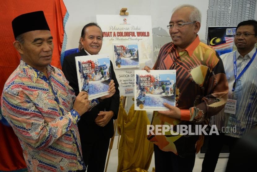 Menteri Pendidikan dan Kebudayaan RI Muhadjir Effendy (kiri), dan Menteri Pendidikan Malaysia Dato' Seri DiRaja Mahdzir Bin Khalid (kedua kanan) meninjau stand pameran buku Malaysia seusai pembukaan Indonesia International Book Fair (IIBF) 2016 di JCC, Jak