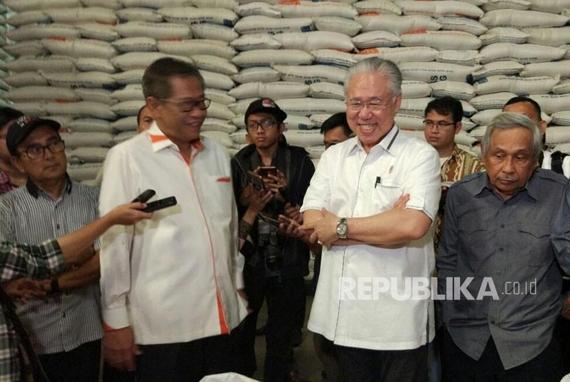 Menteri Perdagangan Enggartiasto Lukita dan Direktur Utama Perum Bulog Djarot Kusumayakti mengecek beras impor yang baru tiba di Gudang Bulog Divre DKI Jakarta dan Banten, Selasa (27/2).