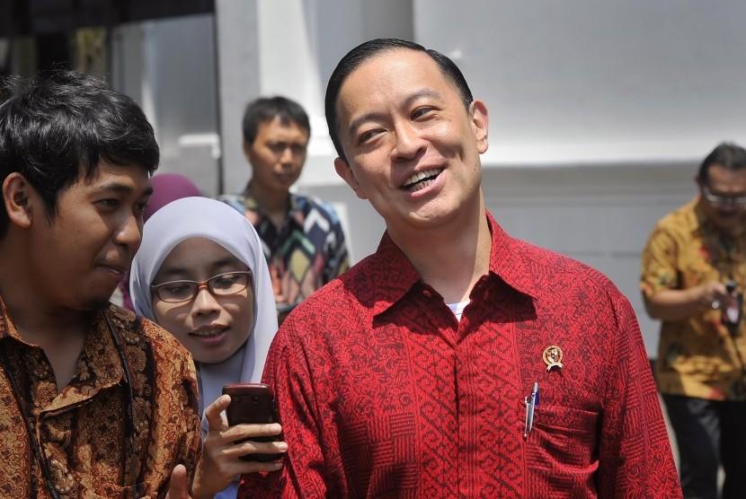 Menteri Perdagangan Thomas Lembong (kanan) berjalan keluar seusai pertemuan tertutup dengan Presiden Joko Widodo membahas kebijakan untuk mengatasi penurunan ekonomi Indonesia di Kantor Kepresidenan, Jakarta, Kamis (27/8).