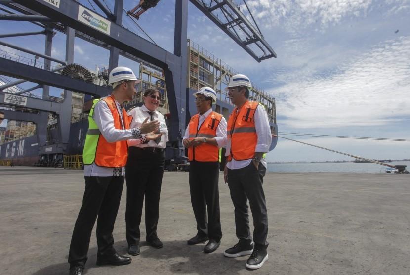 Menteri Perhubungan Budi Karya (ketiga kiri) berbicang bersama Direktur Utama IPC Elvyn Masassya (kanan), Direktur CMA CGM Indonesia Farid Belbouab (kiri) dan Kapten Kapal CMA CGM Titus Bozianu Veronica (kedua kiri) saat penyambutan kapal petikemas CMA CGM Titus di JICT Pelabuhan Tanjung Priok, Jakarta, Minggu (9/4)