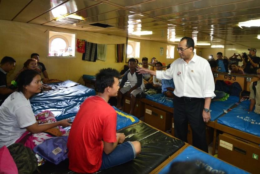 Menteri Perhubungan, Budi Karya Sumadi, berbincang dengan pemudik di Kapal Motor Labobar rute Balikpapan-Surabaya saat meninjau kesiapan arus mudik di Pelabuhan Semayang, Balikpapan, Kalimantan Timur, Sabtu (17/6).