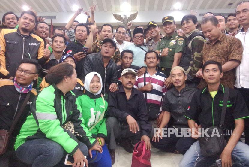 Menteri Perhubungan Budi Karya Sumadi bersama Wali Kota Tangerang Arief R. Wismansyah, , lakukan foto bersama dengan para sopir angkutan umum reguler dan daring.