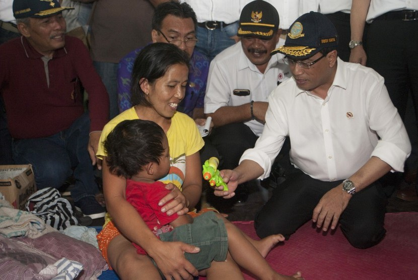 Indonesian Transportation Minister Budi Karya Sumadi distributed logistics aid to the evacuees of Mount Agung at GOR Swecapura, Klungkung District, on Thursday.