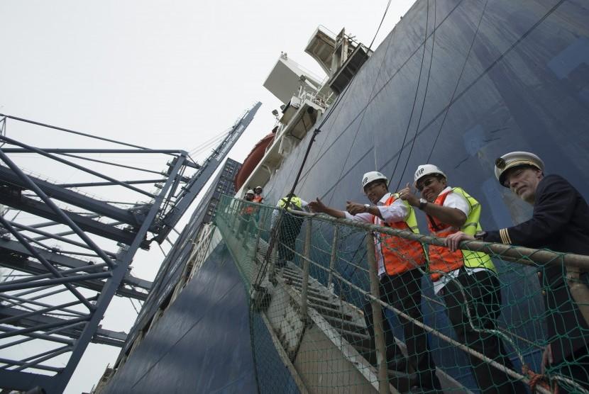 Menteri Perhubungan Budi Karya Sumadi (ketiga kanan) dan Direktur Utama PT Pelindo II Elvyn G. Masassya (kedua kanan) menaiki kapal CMA CGM Ottelo dalam peresmian kedatangan kapal kontainer itu di Jakarta International Container Terminal (JICT), Jakarta, Minggu (23/4).