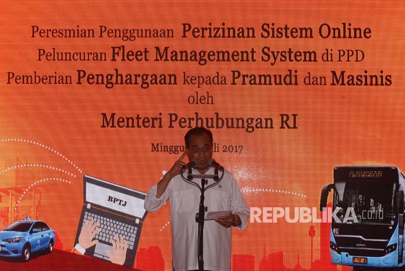 Menteri Perhubungan Budi Karya Sumadi memberikan arahan sebelum peluncuran sistem perizinan angkutan sewa khusus berbasis daring di Jakarta, Minggu (16/7).