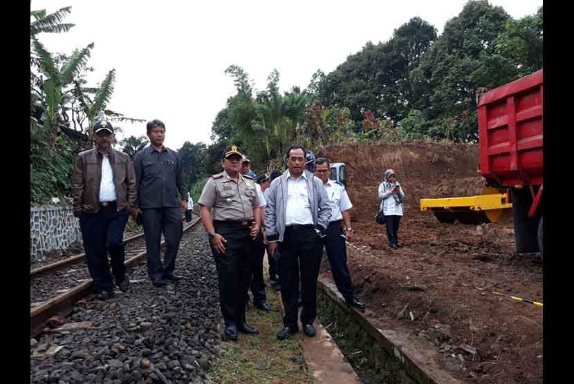 Menteri Perhubungan Budi Karya Sumadi meninjau lokasi ground breaking double track atau rel ganda kereta Bogor-Sukabumi di Desa Benda, Kecamatan Cicurug, Kabupaten Sukabumi Kamis (14/12) sore.